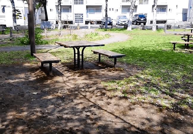 南郷丘公園ベンチとテーブル